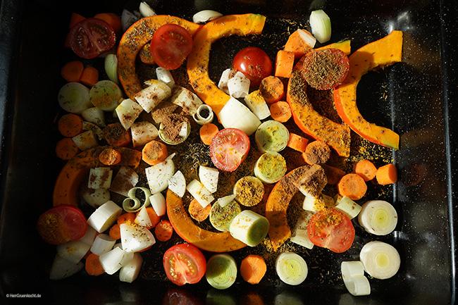 Im Ofen geschmorter Hokkaido-Kürbis mit Rostgemüse auf Pizzabrot