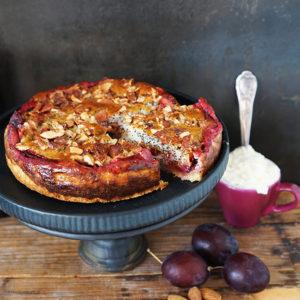 Pflaumenkuchen mit krossem Mürbeteig, Mohn-Quarkfüllung und gebrannten Mandeln