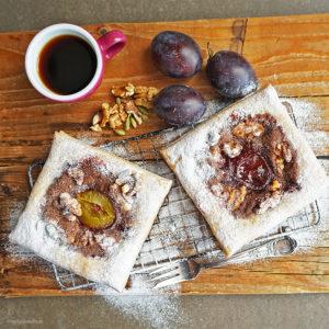Pflaumen-Tortues mit Pflaumenmarmelade, einer Crème aus Nüssen, Walnüssen, Zimt und Kardamom sowie karamellisierten Walnüssen