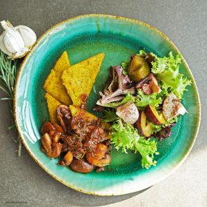 Polentaschnitten mit Rotwein-Pilz-Sauce und Salat mit Zwetschgen