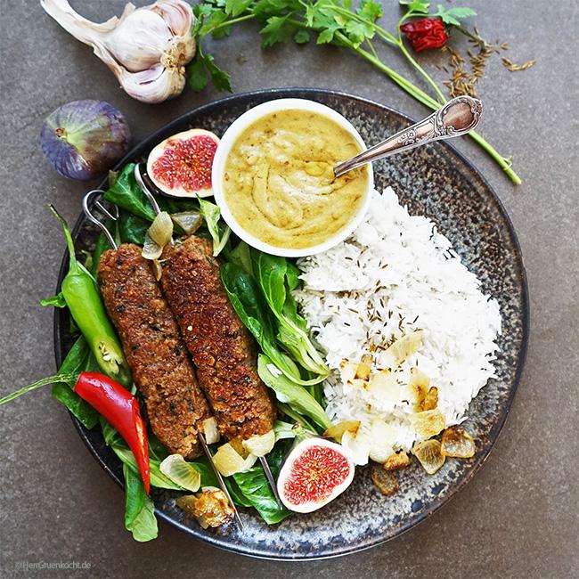 Vegetarisches Adana Kebap auf Feldsalat mit Reis und einer spicy Erdnuss-Chili-Sauce