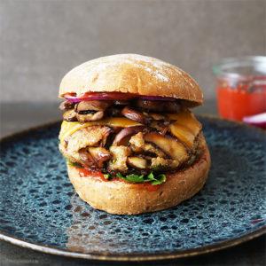 Vegetarische Pilzburger mit Cheddar und roten Zwiebeln