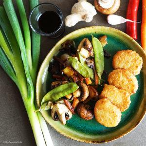 Asiatisches Pfannengemüse mit Möhren, Frühlingszwiebeln, Pilzen Ingwer, Zuckerschoten und veganen Nuggets von die OHNE